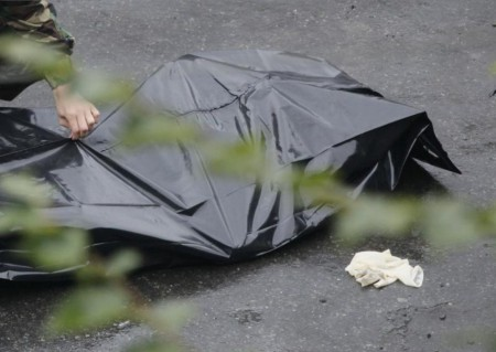 ВПетербурге молодая девушка вдомашней одежде выпала изокна