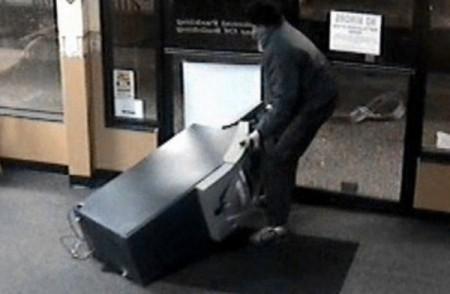 Подельников пытались вскрыть банкомат вавтомастерской