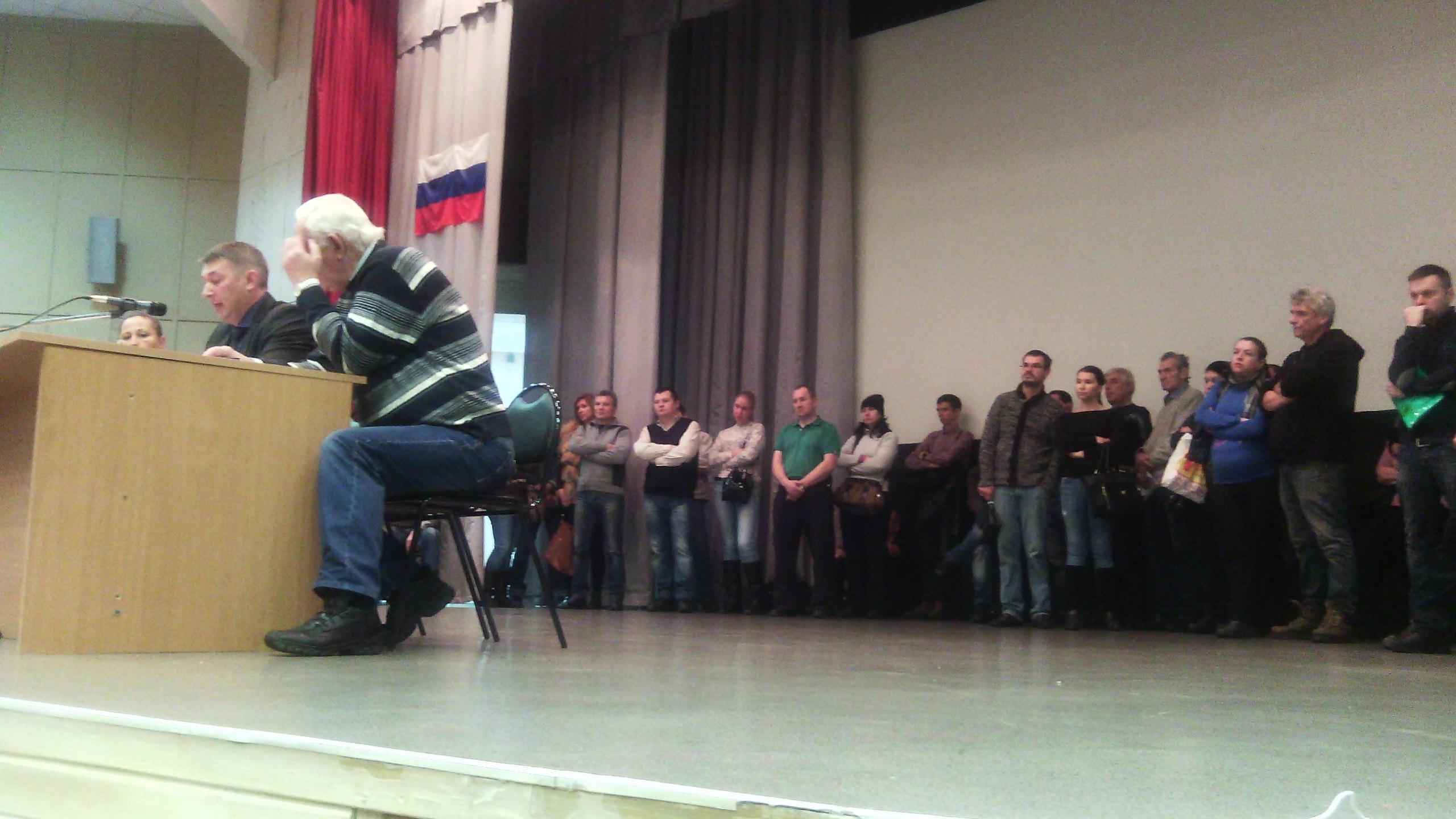 Те, кому не хватило места в зале, слушали прямо со сцены.