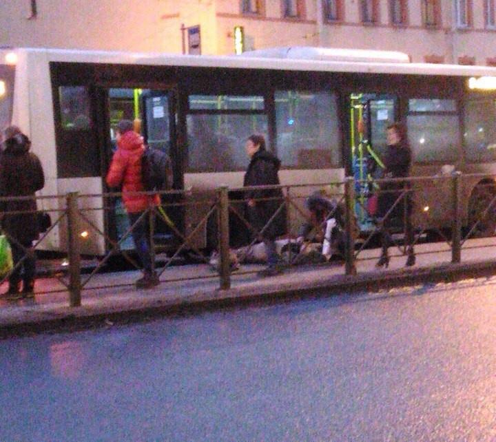 НаЛиговском женщина, утратив равновесие, упала под едущий автобус