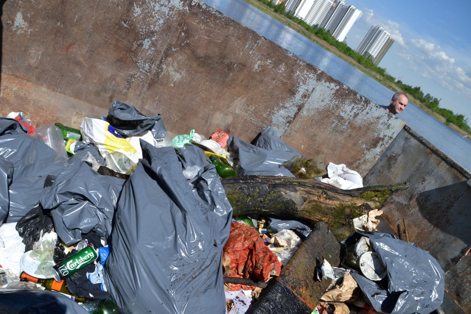 Контейнер с собранным мусором.