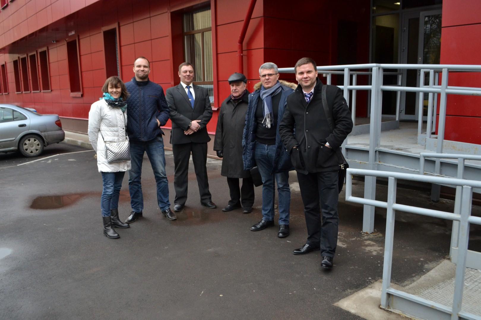 Фикрет Ализаде с адвокатом и свидетелями у здания Фрунзенского районного суда