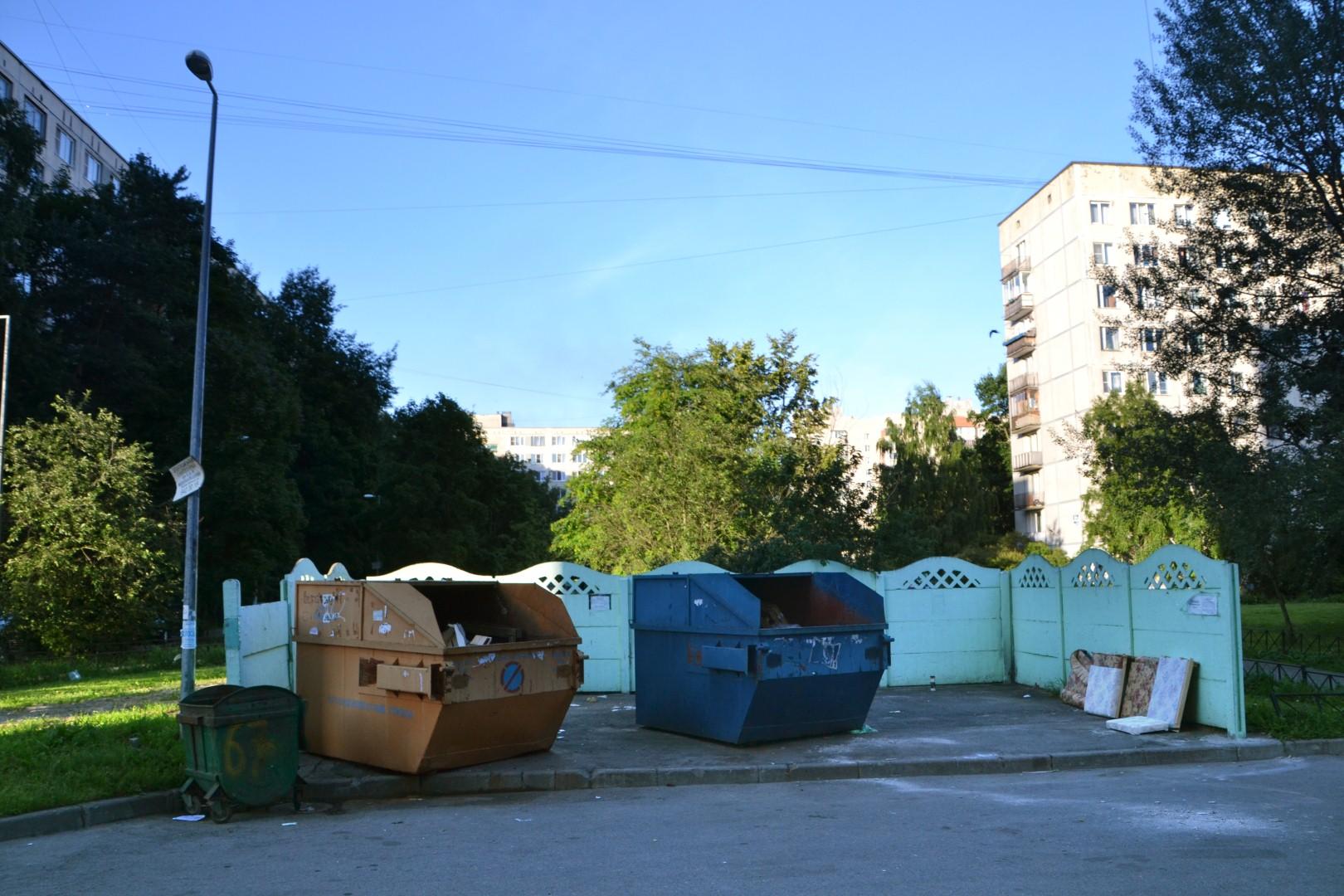 Одна из помоек, стоящая напротив окон жилого дома.