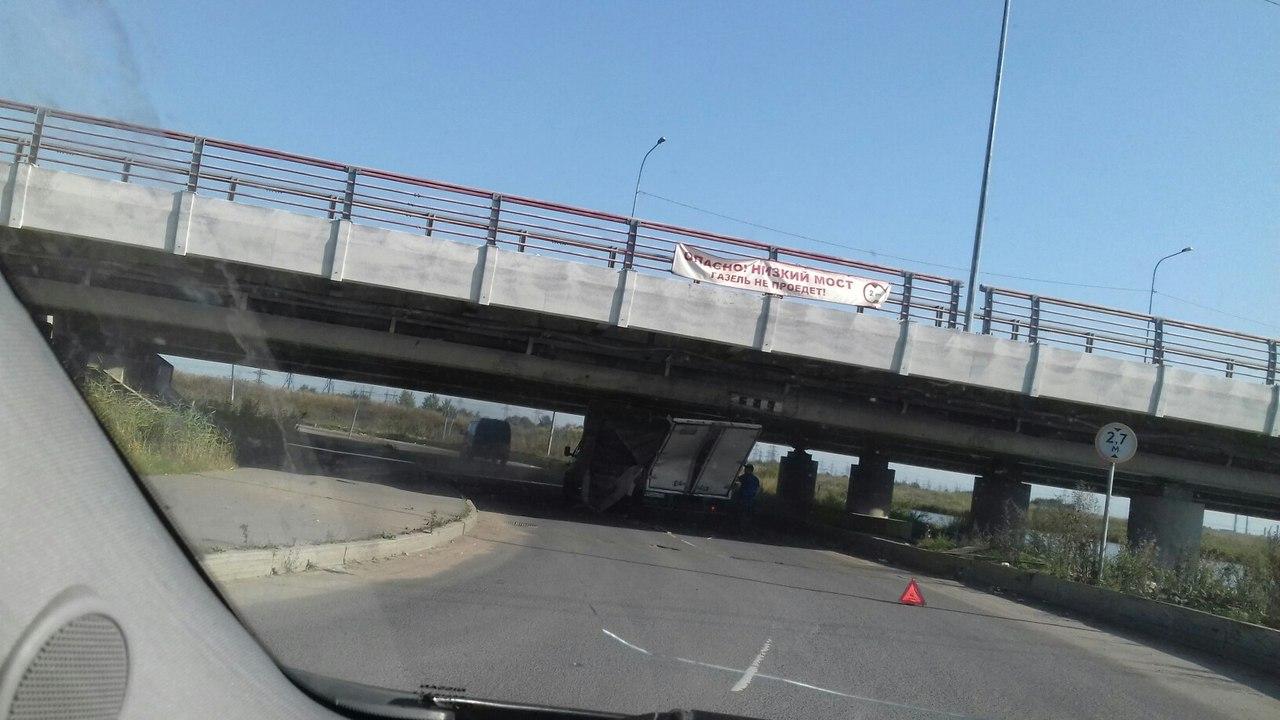 Под петербургским «мостом глупости» непроехала уже 140-я «Газель»